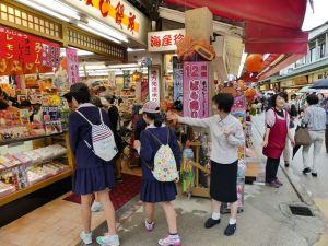 Shoppende Schulkinder