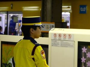 U-Bahn Mitarbeiterin am Gleis