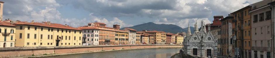 Der Arno fliesst mitten durch die Stadt. Rechts die Kirche Santa Maria della Spina