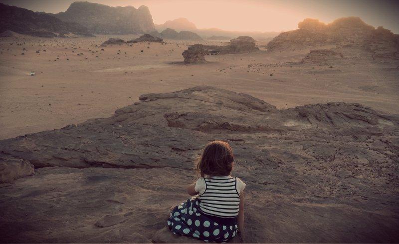 Mijn dochtertje kijkt uit over Wadi Rum