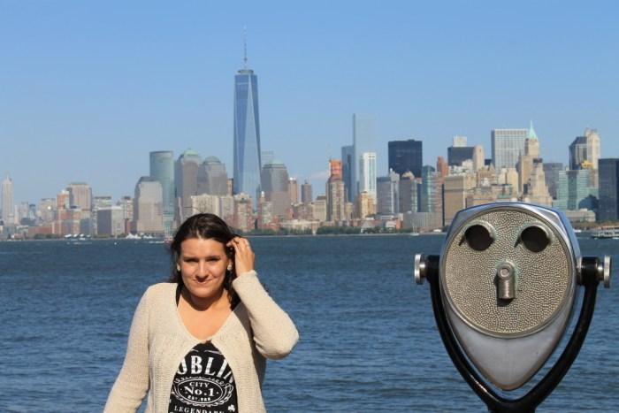 Toeristenkiekje voor de skyline van Manhattan