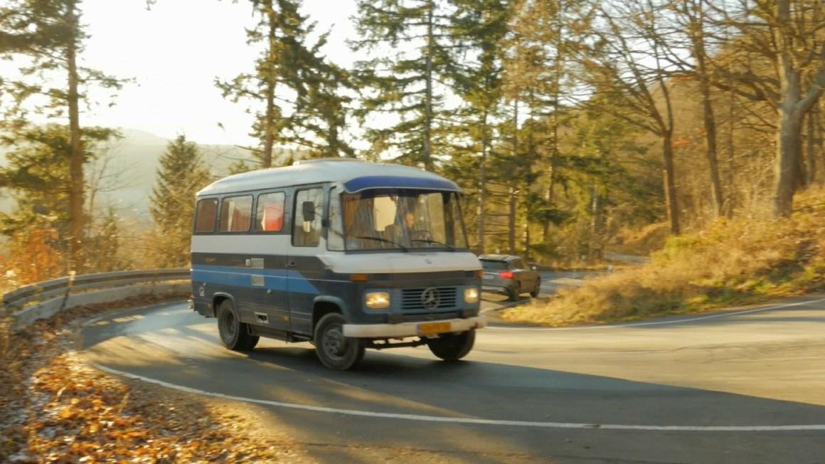Road trip in oud Mercedes busje