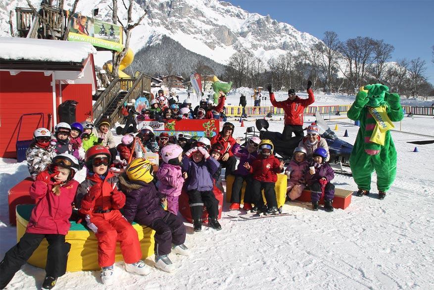 Kinderen vanaf 2,5 jaar maken plezier met mascotte Kali!