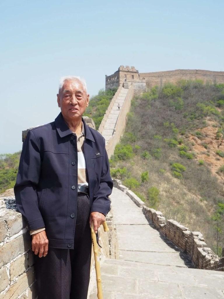 man op de Chinese muur wandelen