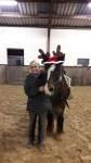 Sabine Pirker mit Weihnachtspferd