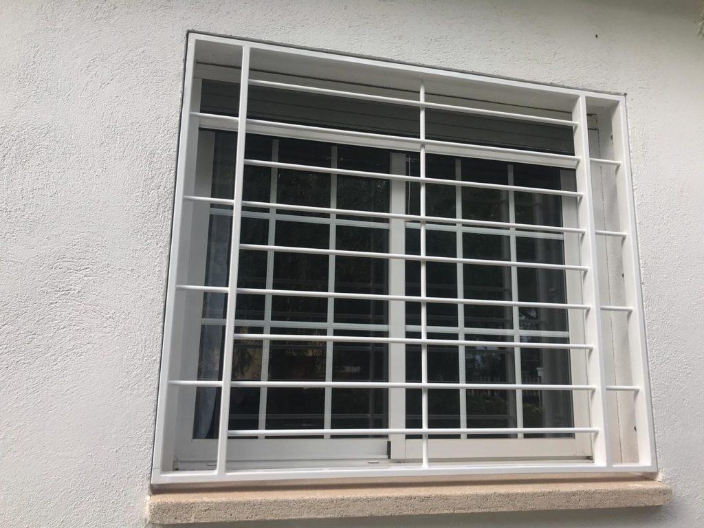 Instalación de 4 rejas para ventanas en bajo de Viladecaballs (3)