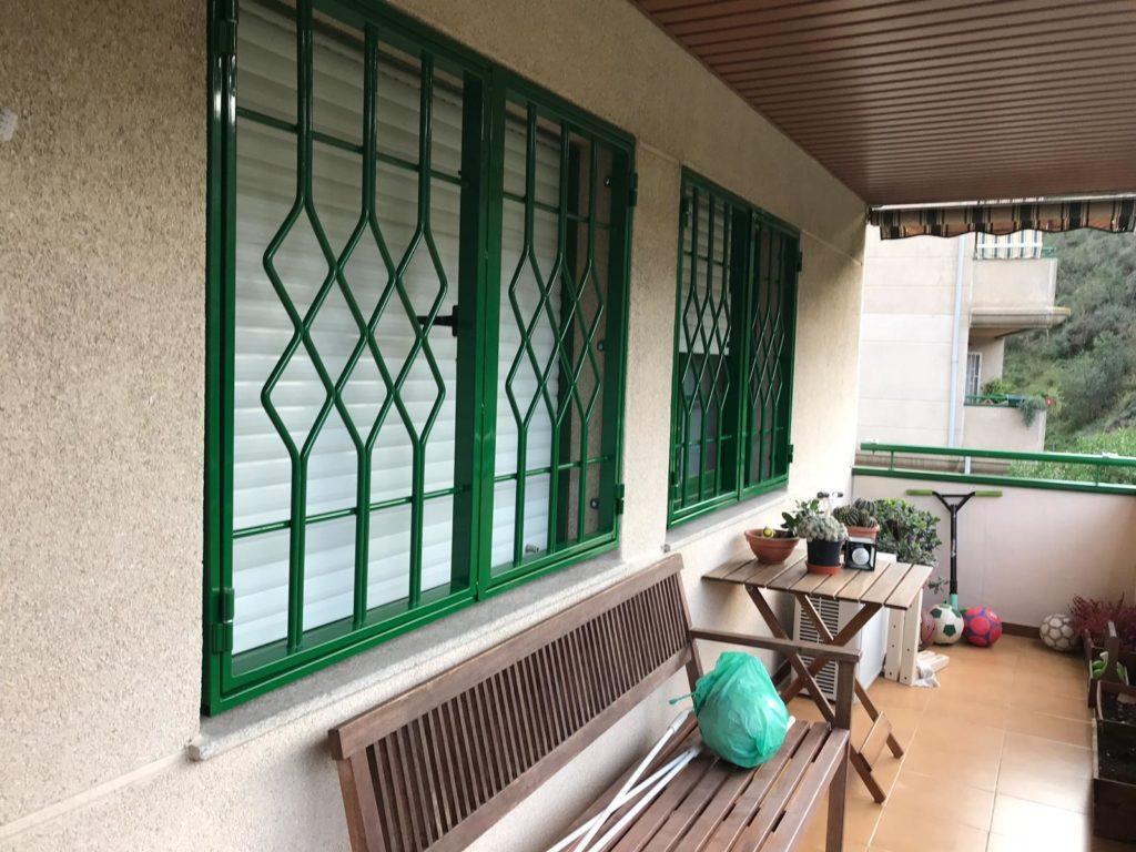 Instalación 3 rejas practicables verdes en Montcada i Reixac (Vecino 1) (1