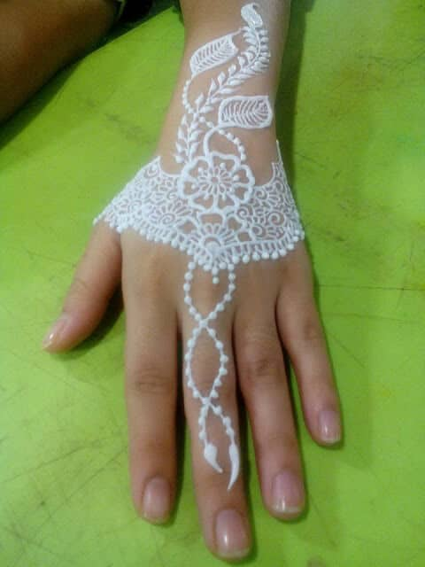 inai tangan berwarna putih