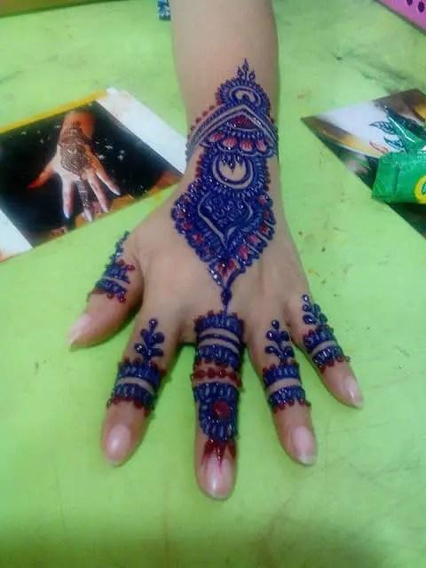 inai tangan berwarna simple