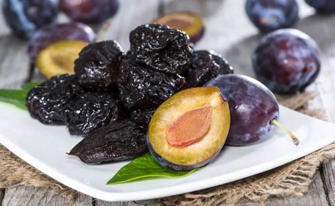 buah plum kering