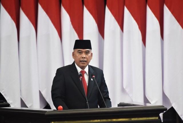 Anggota Komisi XI DPR RI Heri Gunawan saat membacakan pandangan fraksinya di mimbar ruang rapat paripurna, Gedung Nusantara, Senayan, Jakarta, Selasa (18/8/2020).