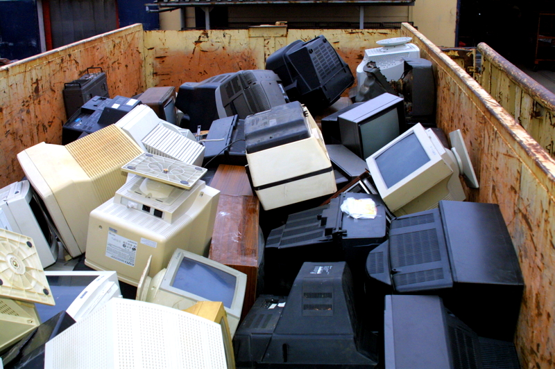 Nicht mehr wiederzuverwenden: Monitore im Großcontainer (Quelle:BSR)
