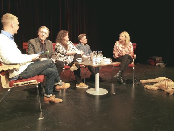 Personer i soffa på scen