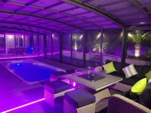 pool-enlcosure-vision3From Relax-Essex.co.uk