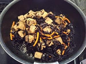 材料を鍋で煮た写真