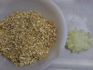 玄米ともち麦と切った玉ねぎの写真