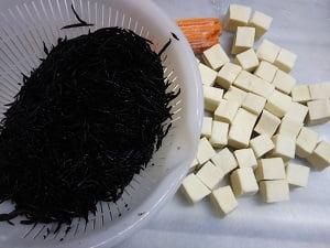 ひじきと高野豆腐とにんじんの写真