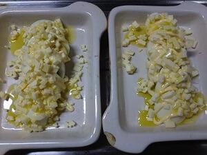 オリーブオイル、マヨネーズ、チーズを乗せた写真