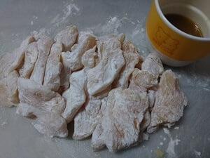 鶏むね肉を切って片栗粉をまぶし、調味料の写真
