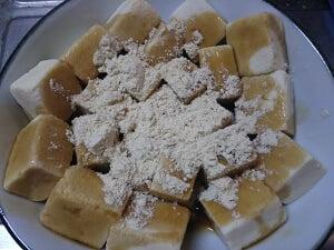 高野豆腐を皿に盛りあんときなこをかけた写真