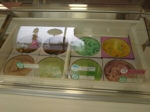 ショーケースに並ぶアイスクリームの写真
