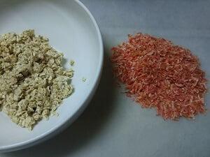 オートミールは豆乳に浸し乾燥エビは小さく切った写真