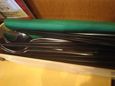 ガスト加治木店のテーブルに箸やスプーンがたくさん置いてある写真