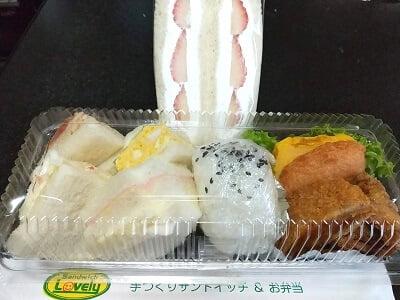 ラブリーのランチボックスとスイーツサンドイッチの写真