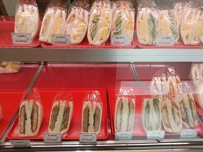 ラブリーの揚げ物サンドイッチと卵サンドイッチが並ぶ写真