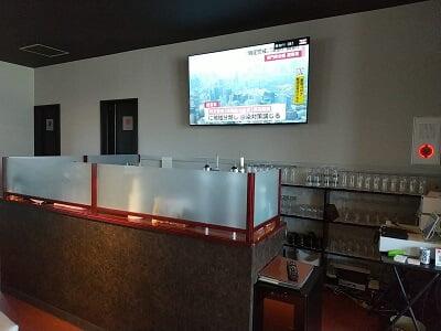 わび助加治木店の壁に大きなテレビがある写真