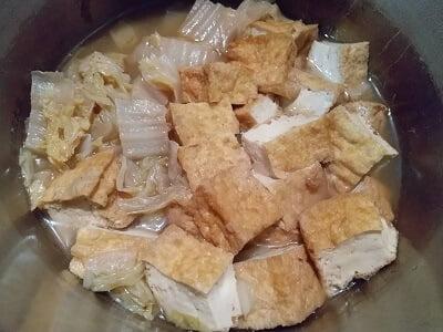 下準備した材料を鍋で煮る写真