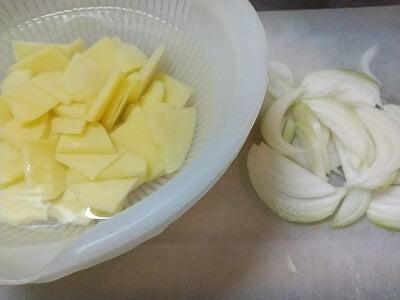 じゃがいもは切って水にさらし、玉ねぎは食べやすい大きさに切った写真
