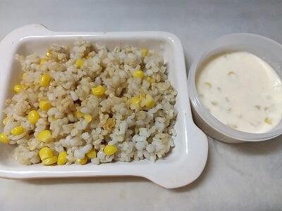 ご飯、コーン、醤油と豆乳、コーン、マヨネーズをそれぞれ混ぜる