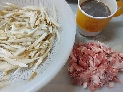 ゴボウ、豚肉の下準備をして調味料を合わせる