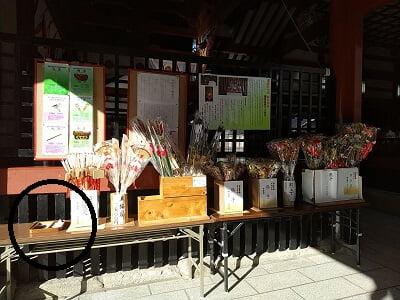鹿児島神宮の新春飾りの横に年越しの祓の申し込み人形がある写真