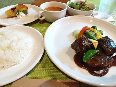 多国籍レストランありがとうの黒豚の黒酢煮とプラムタルトの写真