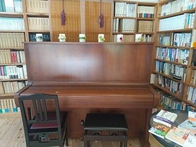 きりしま月の舟の奥のピアノの写真