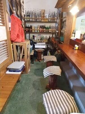 竹林の奥のカウンター席の写真