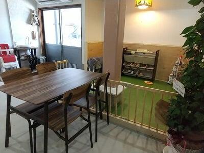 guu dinerの子供の遊び場横にテーブル席がある写真