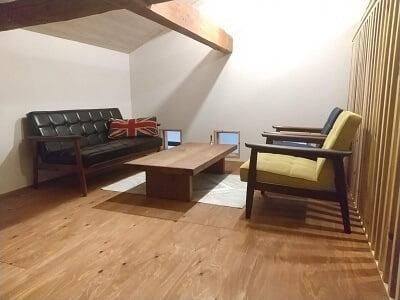 Salute食堂の2階右の低いテーブル席の写真