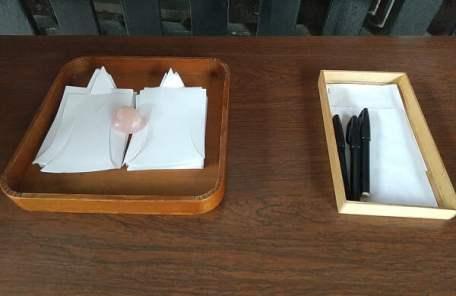 夏越しの祓の人型の紙とペンの写真