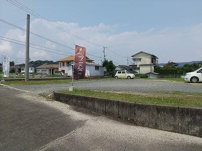 アンティークの道路向いに広い駐車場がある写真