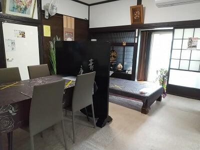 みずえさん家の味工房の奥の部屋のテーブル席とお座敷席の写真