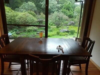まりん'sガーデンのお部屋に入って正面のテーブル席の写真