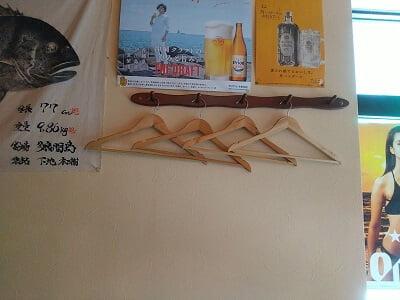 沖縄酒楽やがての壁にはハンガーが準備してある写真