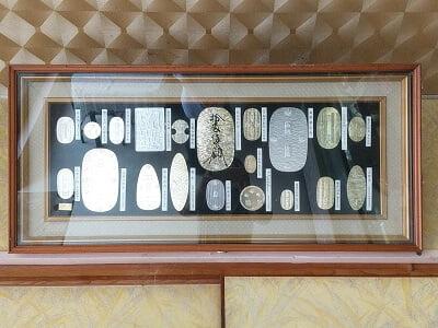 プリンス伊崎田の昔の小判が飾られている写真