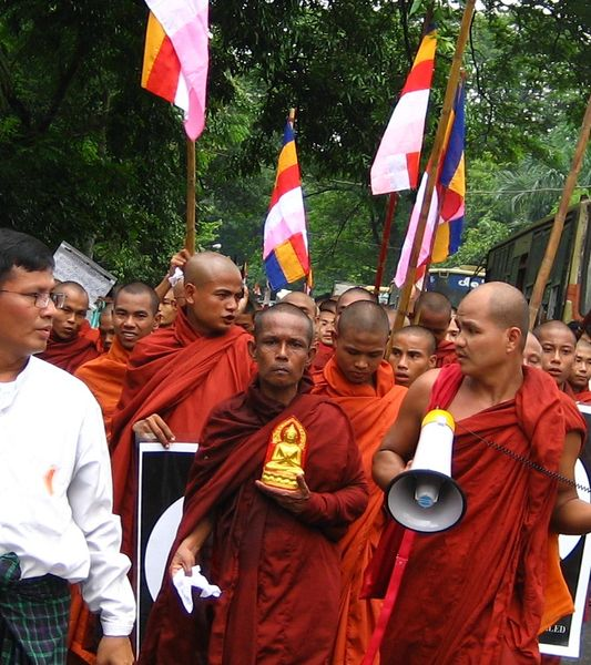 533px-2007_Myanmar_protests_11-cropped_flag_view_closer
