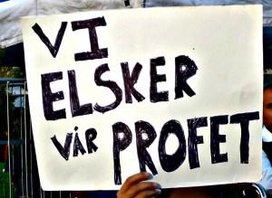 Plakat ved en demonstrasjon på Youngstorget mot en film om profeten Muhammed. Foto: Hans Olav Arnesen.