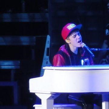 1200px-Justin_Bieber_March_2011
