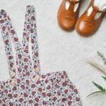 Détails des bretelles d'une jupe pour petite fille
